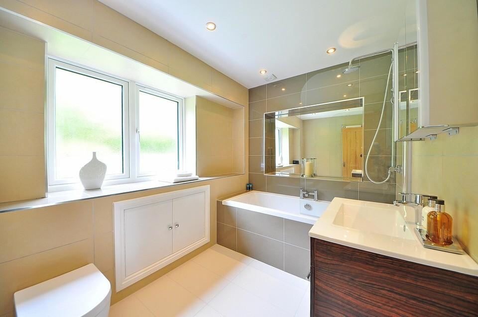 Какой потолок лучше сделать в ванной: 7 практичных материалов