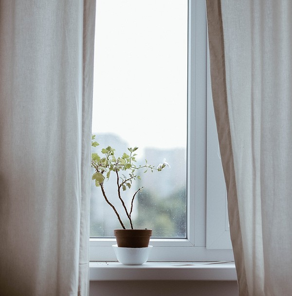 Летом плотные занавески на окн&...