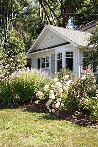 Как украсить палисадник перед домом: 6 красивых вариантов