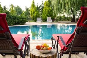 Чисто и безопасно: какую химию использовать для бассейна на даче