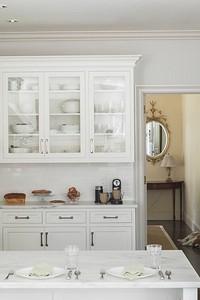 Белая кухня в интерьере: советы по оформлению и 70 потрясающих примеров