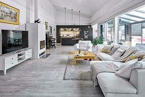 Светлый дом в Финляндии со стеклянными стенами и гостевой спальней на антресоли