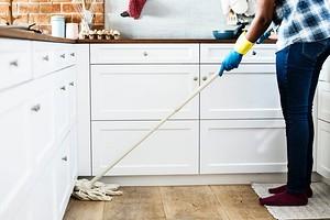 Средства для уборки тоже нужно мыть: 8 советов, как это сделать