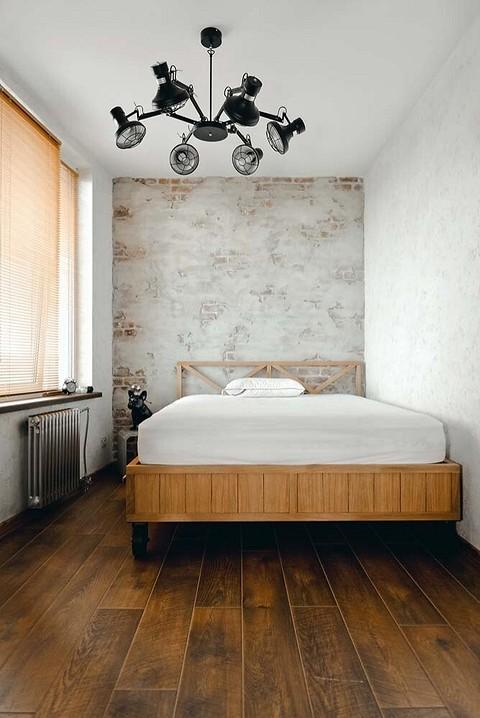 Под потолком спальни парит люс&...