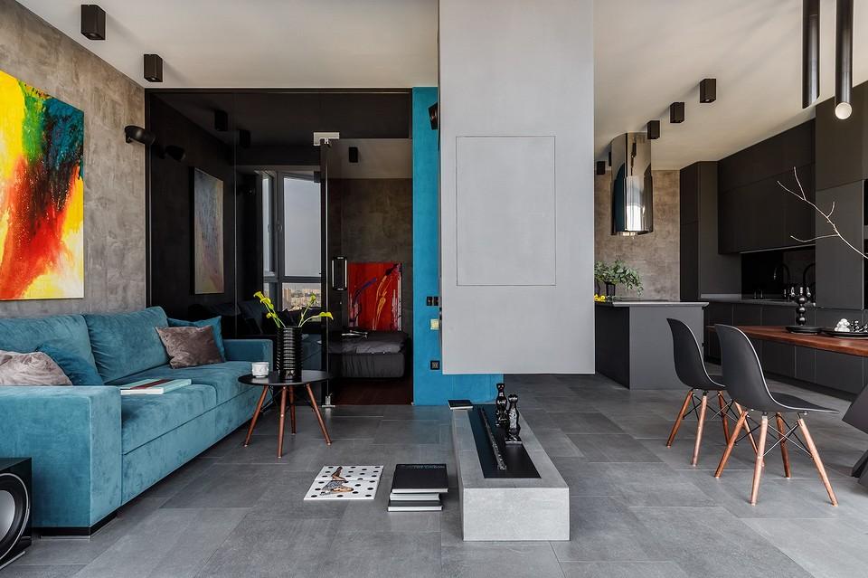 Квартира для молодого мужчины: холодный интерьер с бирюзовыми акцентами и панорамным видом из окон