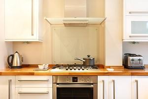 5 неподходящих материалов для кухонного фартука, и чем их заменить