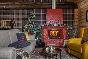 Бревенчатый дом, оформленный в лучших новогодних традициях