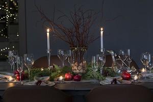 35 красивых фото сервировки стола на Новый год (и полезные советы)