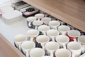 11 красивых способов хранить кружки на кухне и не только