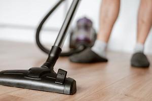 Где хранить пылесос в квартире: 8 удобных мест