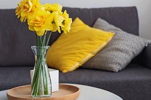 Серо-желтый: 27 интерьеров в главных цветах 2021 года