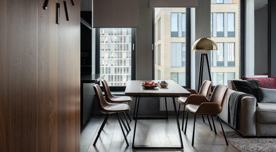 В ритме мегаполиса: графичный интерьер квартиры с восемью окнами