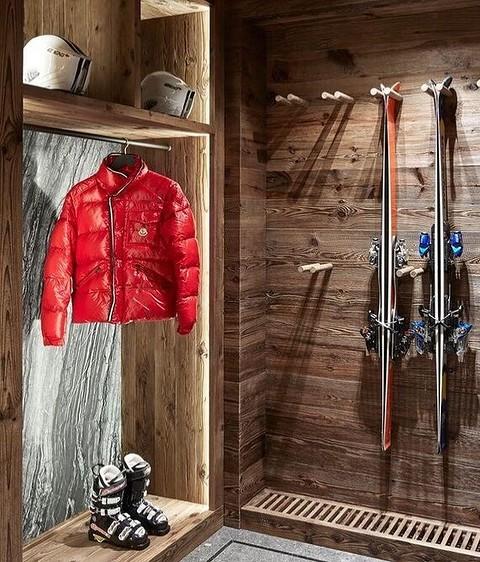 Лыжи и коньки удобно хранить на...