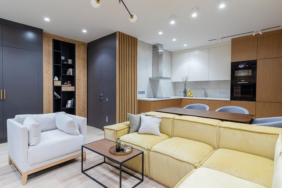 Уютный интерьер с желтыми и синими акцентами: квартира в Санкт-Петербурге для отдыха и работы