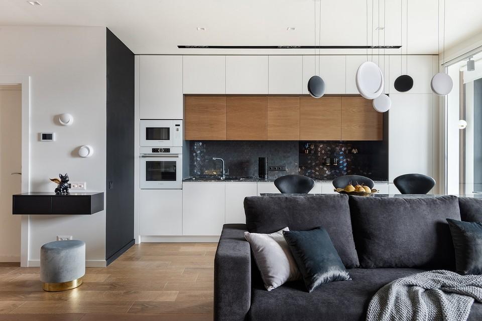 Нетипичная квартира для женщины: интерьер с черными акцентами, камнем и фактурой дерева