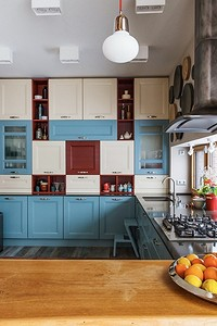 Как спланировать кухню у окна в частном доме: советы для 4 типов оконных проемов