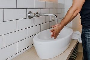 Чтобы всем было удобно: на какой высоте вешать раковину в ванной