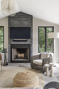 Когда в комнате два смысловых центра: оформляем правильно гостиную с камином и телевизором