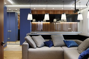Истинно мужская квартира: сдержанный интерьер в дереве и синих тонах