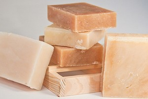 9 неожиданных идей применения хозяйственного мыла в уборке и быту