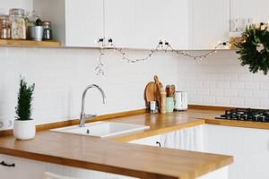 Как установить плинтус на столешницу на кухне: подробная инструкция
