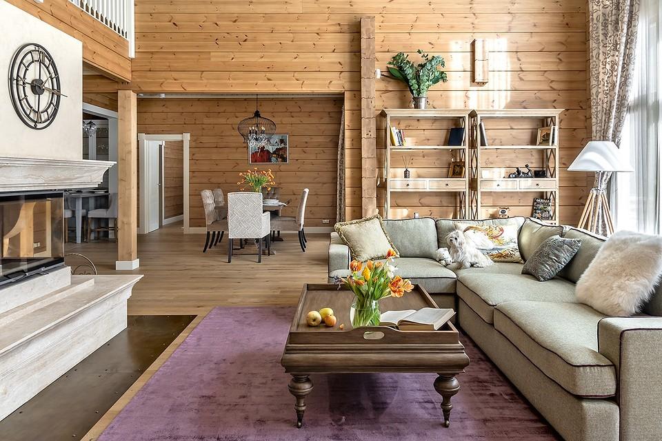 Дом с мезонином: интерьер коттеджа из клеёного бруса в стиле американской классики