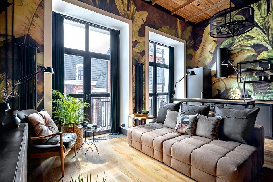 Тропический лофт: интерьер маленькой квартиры со спальней на антресольном этаже