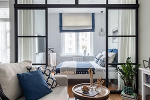 Маленькая квартира в скандинавском стиле с белыми стенами и синими акцентами