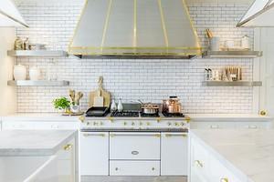 8 предметов, которые уродуют интерьер вашей кухни (и куда их деть)