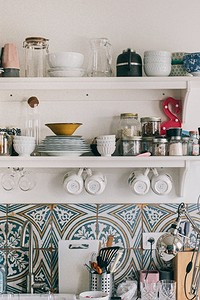 5 причин использовать открытые полки на кухне