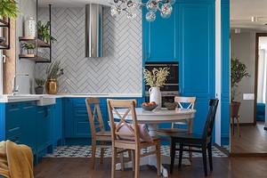 Трехкомнатная квартира в Екатеринбурге с яркими акцентами и ковром на…стене
