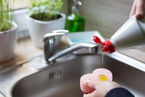 10 способов применения банальной жидкости для мытья посуды в уборке и быту