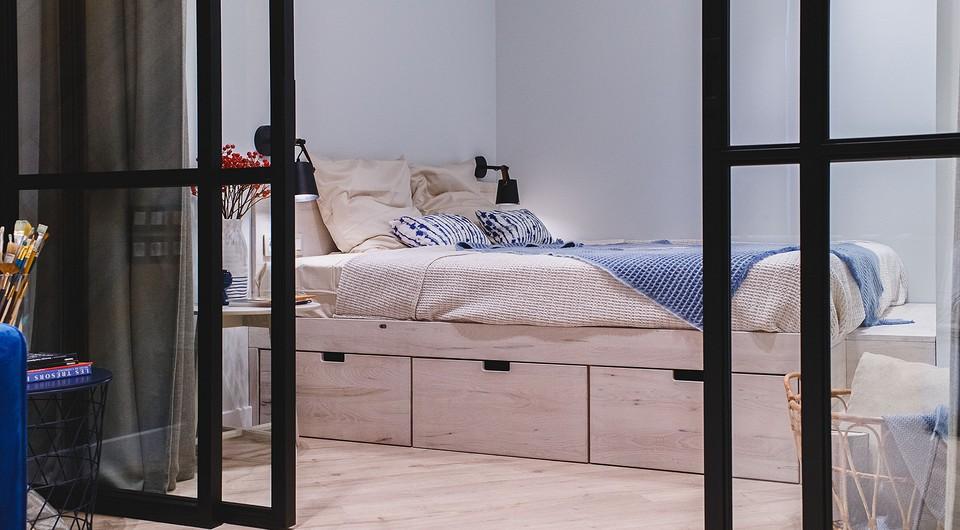 В спальне вместо кровати спрое&...