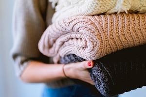 Как сложить зимнюю одежду и обувь, чтобы они не заняли весь шкаф: 7 лайфхаков с видео