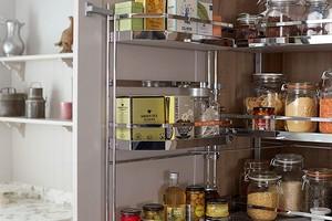 9 предметов, которые вы можете хранить на дверце кухонного шкафа (и сэкономить много места!)