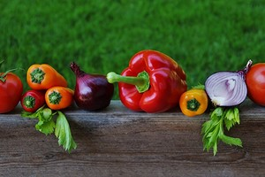 Подбираем соседей по грядкам: таблицы совместимости растений в саду и огороде