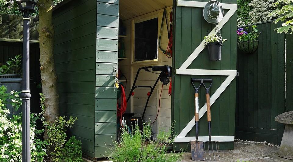 Как хранить садовые инструменты, чтобы они не занимали много места: 7 способов и примеров