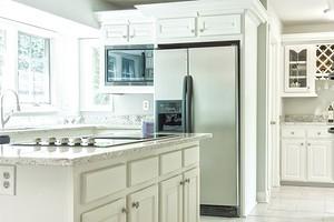Можно ли ставить микроволновку на холодильник сверху или рядом: отвечаем на спорный вопрос
