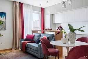 Зеленая спальня, голубая детская и малиновый санузел: квартира в Москве, в которой много цвета