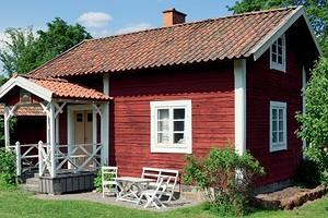 Как быстро и просто обновить деревянный дачный дом с помощью одной только краски