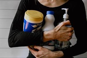 Как долго можно хранить средства для уборки: сроки для бытовой химии и домашних средств