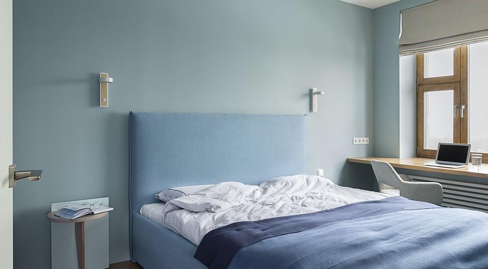 Спальня оформлена в разных отт&...