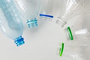 7 неожиданных и полезных вариантов использования пластиковой бутылки на даче