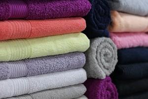 Как сложить полотенца в шкафу красиво и компактно: 5 способов и полезные советы