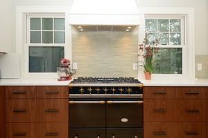 Как оформить кухню с двумя окнами: варианты дизайна в зависимости от планировки