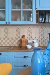 Свежо и необычно: всё о том, как оформить голубую кухню