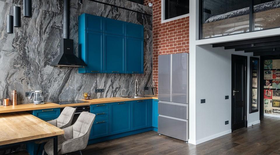 Лофт-апартаменты с бирюзовой кухней и спальней в стеклянном кубе