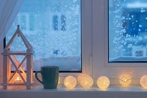 Как оформить окно зимой, когда за ним темно и серо: 8 идей для уюта