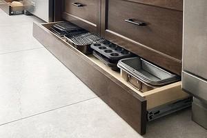 Как задействовать цоколь кухонного гарнитура: 8 функциональных и остроумных идей