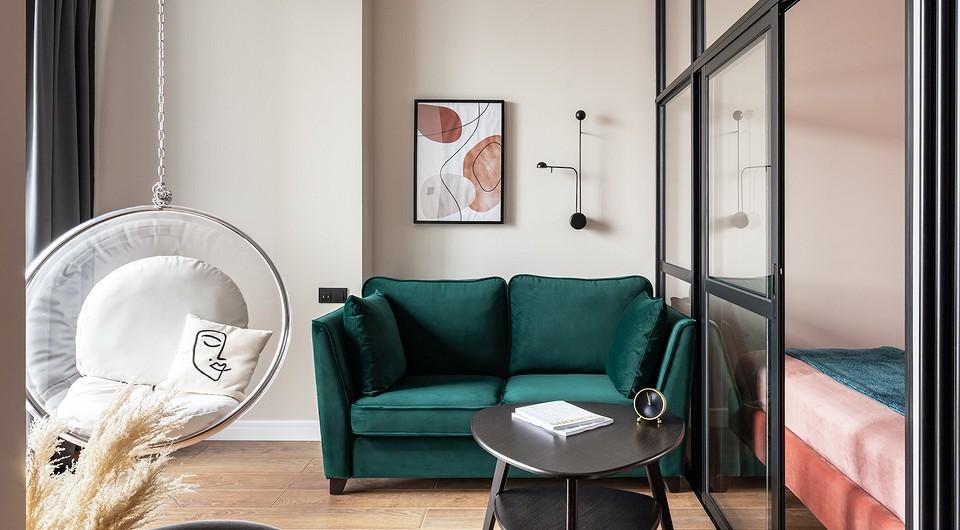 Апартаменты площадью 32 кв. м с гостиной, спальней и ярким интерьером